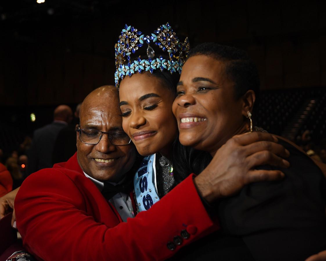 Miss World 2019 Toni-Ann Singh met haar ouders Jahrine (rechts) en Bradshaw (links).