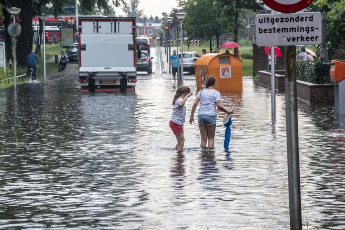 Flinke hoosbuien zorgen in 2018 voor veel overlast in Glanerbrug, zoals op de Kerkstraat en Bultsweg.