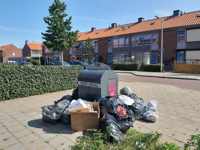 Afval naast de container in de Arnhemse wijk Malburgen-Oost.