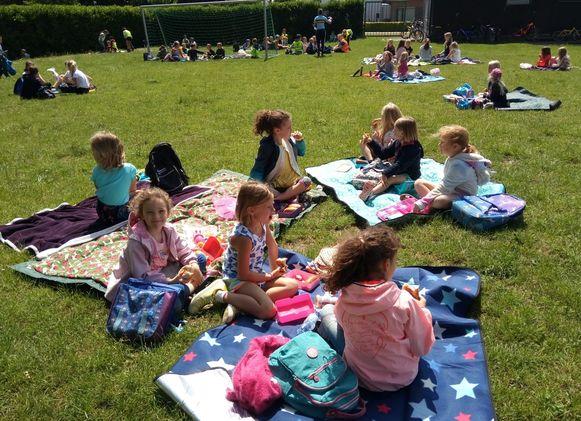 De leerlingen werden voor hun inspanningen beloond met een picknick.