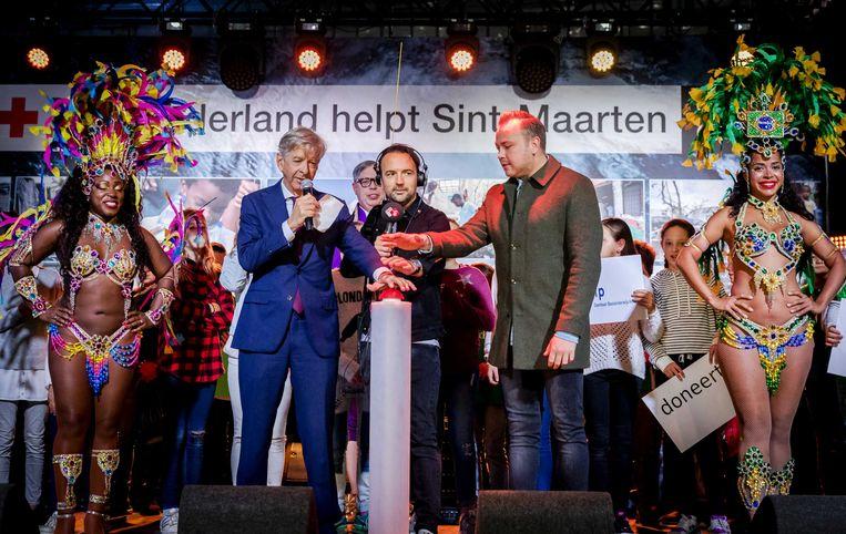 Ronald Plasterk, minister van Binnenlandse Zaken en Koninkrijksrelaties, Gerard Ekdom en zanger Jamai openen de Nationale Actiedag 'Nederland helpt Sint-Maarten'  Beeld ANP