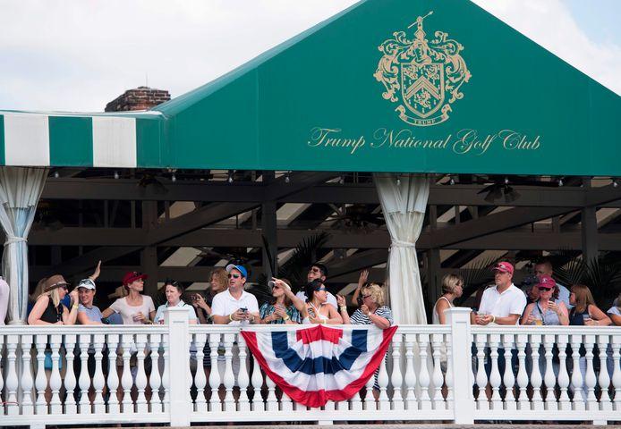 Het publiek is in afwachting van de komst van president Donald Trump tijdens het Golf Open voor vrouwen op de Trump National Golf Club in Bedminster, New Jersey in 2017.