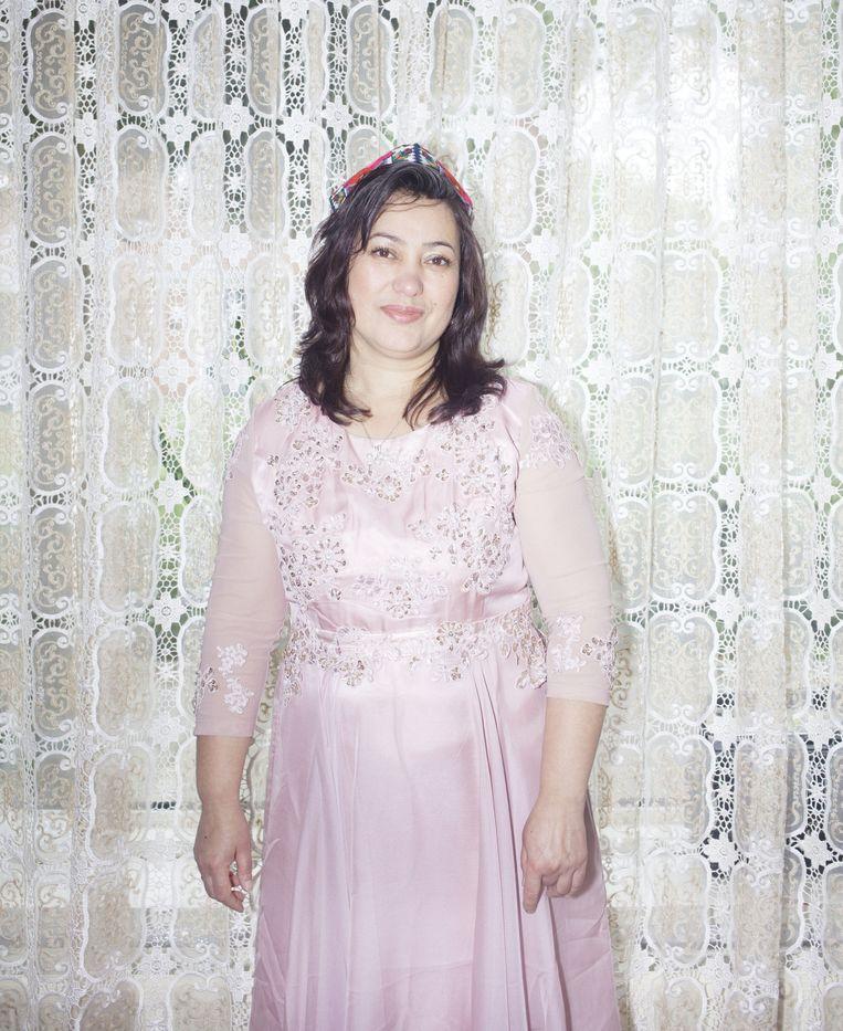 Guljannat Abdukiyim in haar Oeigoerse jurk. Beeld Zahra Reijs