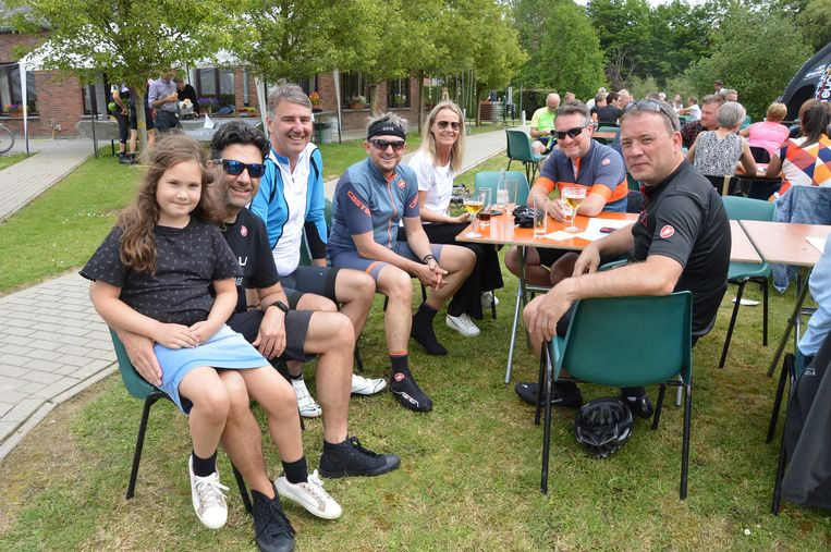 Zo'n 1.700 fietsers en wandelaars, waaronder Marnik De Swaef (rechts op de foto) namen deel aan de elfde editie van de Ronde van Schoonderhage voor mensen met een beperking.