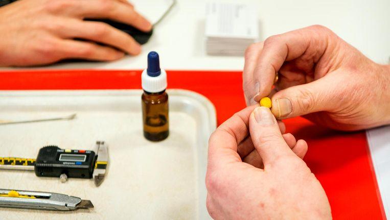 Het testen van een xtc-pil. Beeld anp