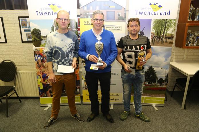 Kampioen Mark Paters wordt geflankeerd door nummer 2 Geert Kleine (links) en nummer 3 Bertwin Letteboer (rechts).