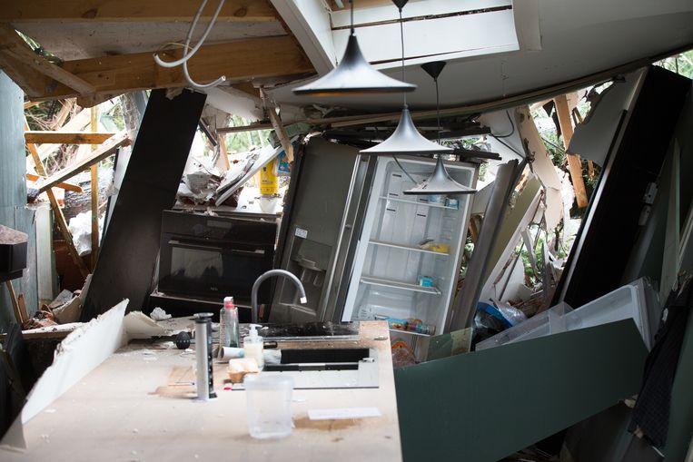 De frigo houdt nog een deel van de dakconstructie tegen.