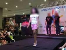 Des enfants attendant l'adoption défilent dans un centre commercial au Brésil