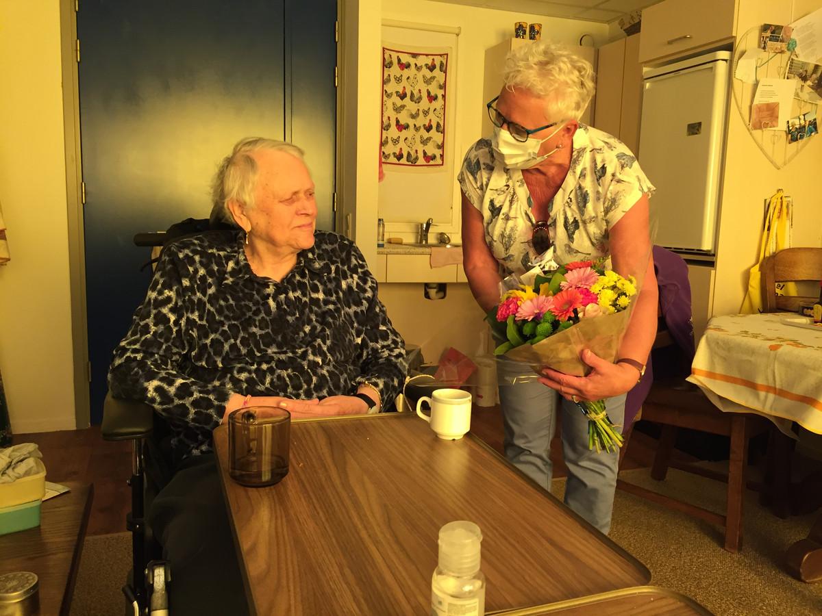 De 87-jarige Corrie Tholenaar, bewoner van zorgcentrum Cederhof in Kapelle, krijgt bezoek van dochter Matty Sonke. Corrie is blind, waardoor beeldbellen en bezoek achter glas geen alternatief waren voor bezoek op haar kamer. Cederhof kon maandag al bezoek ontvangen . De meeste andere verpleeghuizen volgen 2 juni.