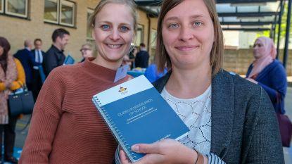 Nieuwe handboekjes verbeteren communicatie tussen leerkrachten en anderstalige ouders