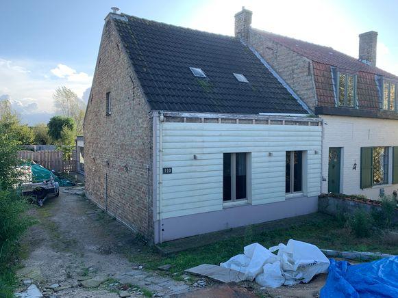 De brand woedde in dit huis in de Duinhoekstraat in De Panne.