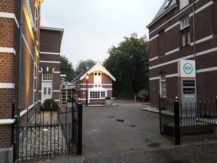 Achter drie kantoorpanden aan De LInd van eigenaar Tom Peters bevindt zich al een particulier parkeerterrein, dat aan had moeten gaan sluiten op een nieuw parkeerterrein voor Oisterwijkse gemeenteambtenaren
