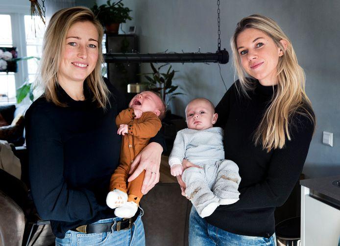 Oud-topschaatsster Annouk van der Weijden (links) met dochter Muk en oud-topvoetbalster Anouk Hoogendijk met zoon Sonny.