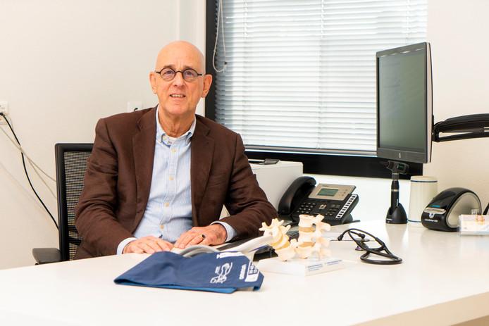 Huisarts Jan Zuijderhoudt nog een keer achter het bureau.
