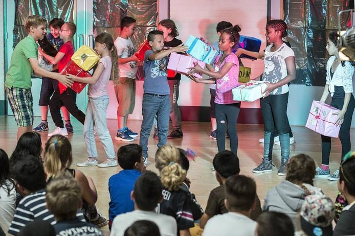 Tijdens de voorstelling beelden de kinderen verschillende Nederlandse feestdagen uit. Ze voeren onder andere de dans met sinterklaascadeaus op. foto Ron Magielse/pix4profs