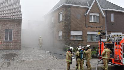 Hevige rookontwikkeling in huis na brand in kelder: 92-jarige bewoonster brengt zichzelf in veiligheid