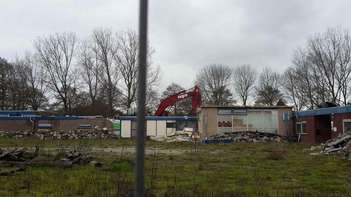 De voormalige basisschool De Zeewinde aan de Dwarsweg in Rockanje wordt al wel gesloopt.