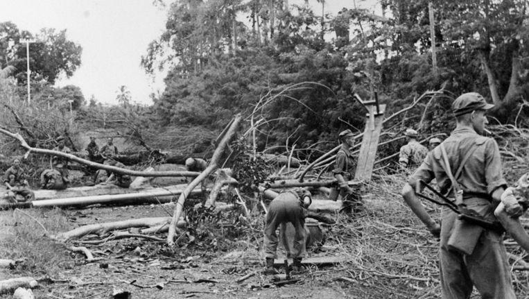 Nederlandse soldaten van de Genie bij het ruimen van een wegversperring in de Semarang-sector in 1947 Beeld null