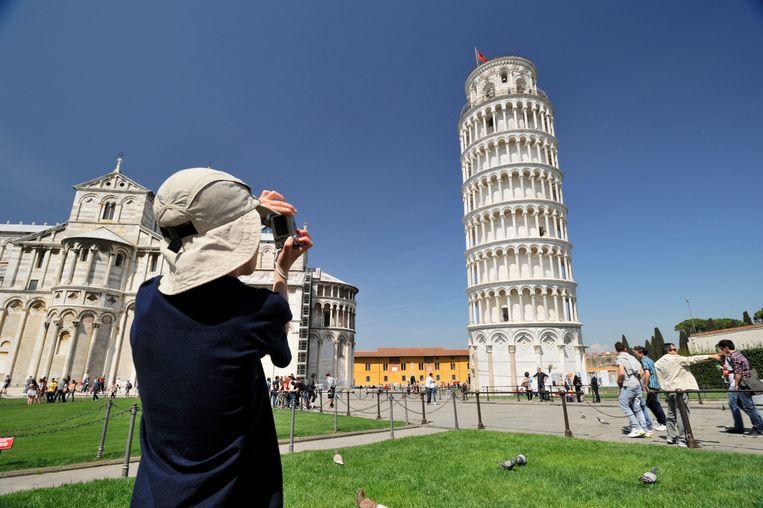 Een toerist bij de toren van Pisa.  Beeld Hollandse Hoogte / Hemis Creative and Travel Imagery