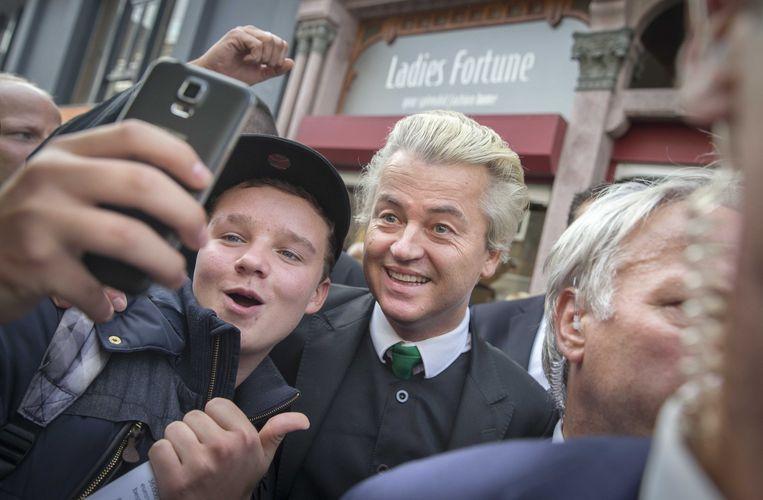PVV-leider Geert Wilders voert op de markt actie tegen de mogelijke komst van een asielzoekerscentrum. Beeld null