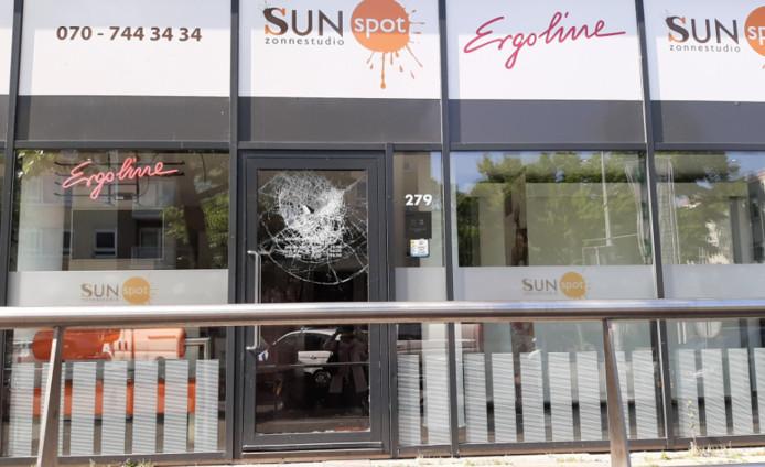 De zonnestudio in de Haagse Betje Wolffstraat waarvan een raam vanmorgen is ingegooid.