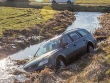Auto te water in Vinkeveen: inzittenden met de schrik vrij