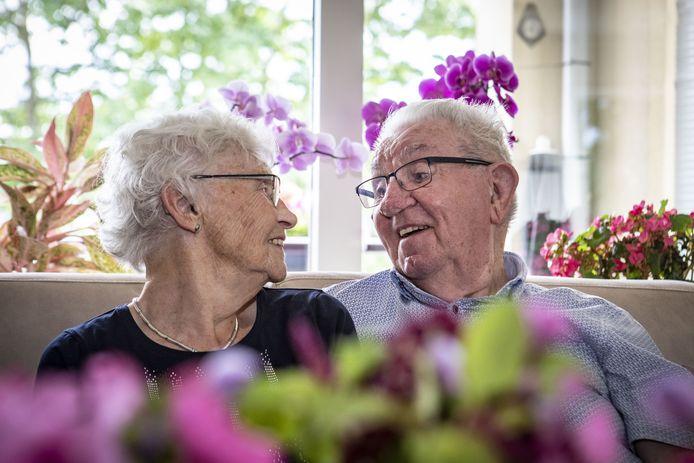 60 jarig echtpaar K. Koenders (87) en mevrouw W. Koenders-Dijkhuis vroeger Oude Breuijl (86).
