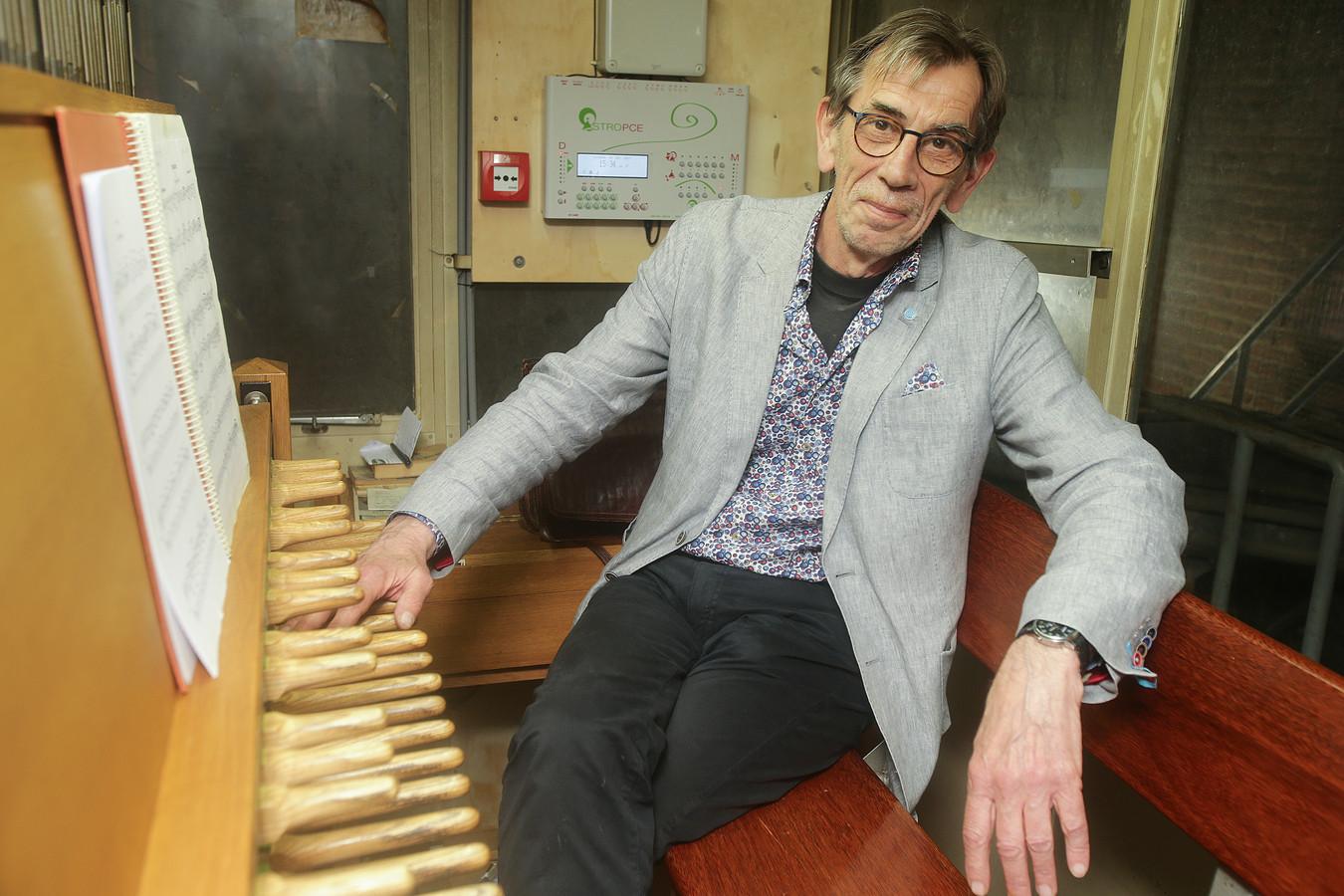 Stadsbeiaardier Henny Blom speelt deze maand elke maandagochtend verzoeknummers op het carillon in de Grote Toren.