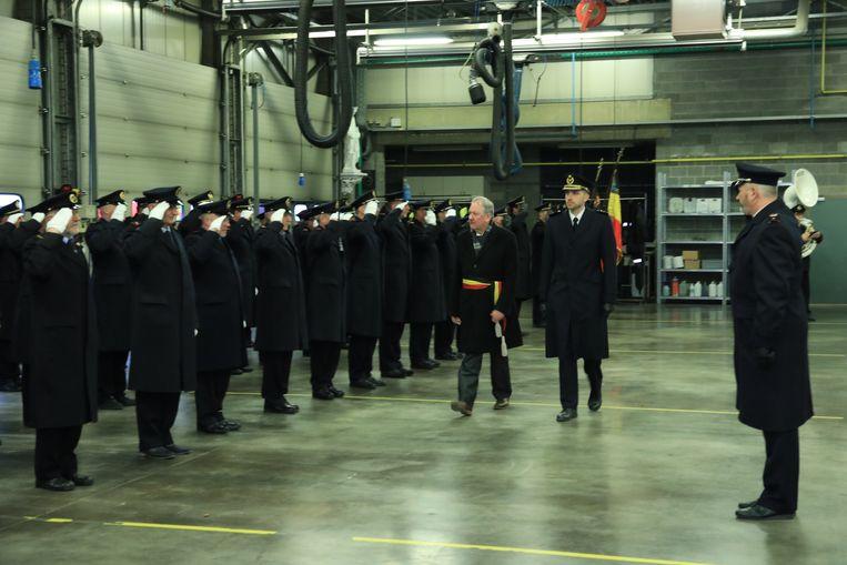 Kolonel Van Goethem en burgemeester Van de Vijver schouwen het korps