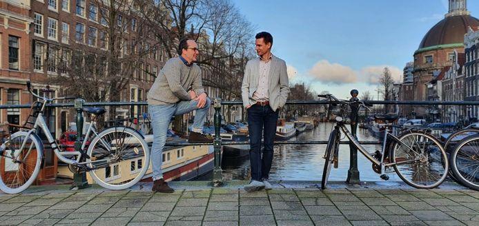 Links: Laurens-Jan Derijks, directeur en oprichter van ZJAM. Rechts: Jurgen Wesel, algemeen directeur van Bookerz uit Ravenstein. Links op de achtergrond het pand aan de Singel waar de Amsterdamse vestiging van Bookerz komt.