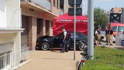 Man wordt onwel bij uitrijden van garage en sterft na frontale crash tegen muur