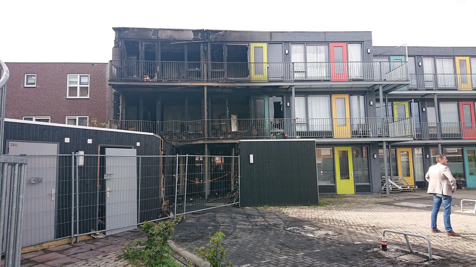 De vier appartementen boven de berging zijn onherstelbaar beschadigd.