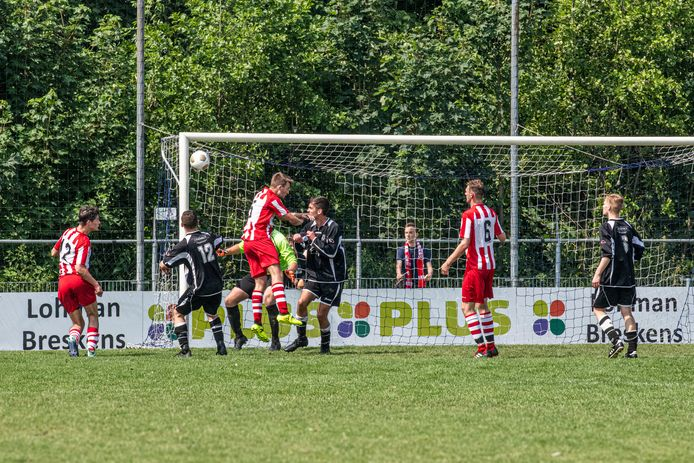 Sluis (rood-wit) en Biervliet speelden vorige maand tegen elkaar voor een plaats in de vierde klasse. Daar komen ze komend seizoen 'gewoon' allebei in uit.