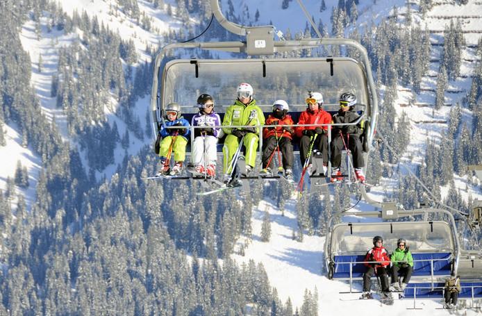 Een meisje van 6 is met haar hoofd vast komen te zitten in de skilift.