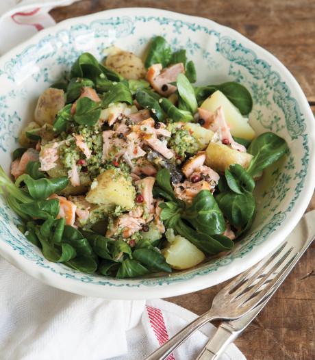 Wat Eten We Vandaag: Warme salade met zalm, pesto en aardappels