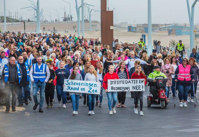 Demonstratie van Scheveningse vrouwen tegen intimidatie op de boulevard, waar met name hun dochters vaak worden lastiggevallen.
