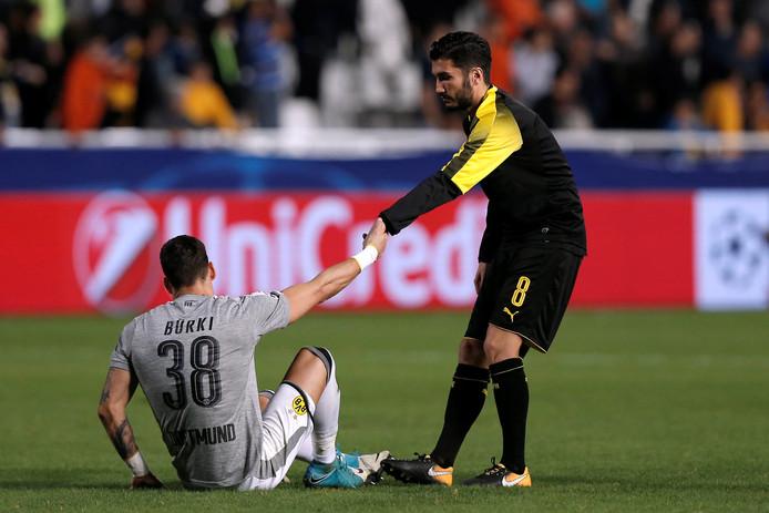 Nuri Sahin helpt Roman Bürki overeind.