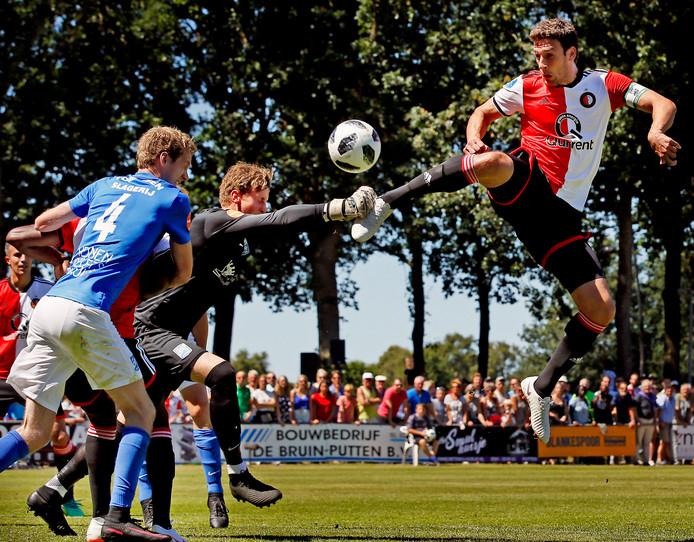 Vorig jaar zomer begon Feyenoord ook in Putten. Op de Putter Eng is Eric Botteghin in duel met SDC-doelman Martin van Barneveld.