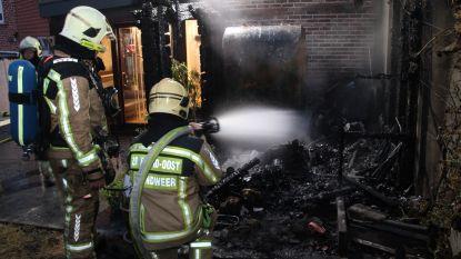 Koppel net op tijd wakker: achterbouw volledig uitgebrand op vrijdag de 13de