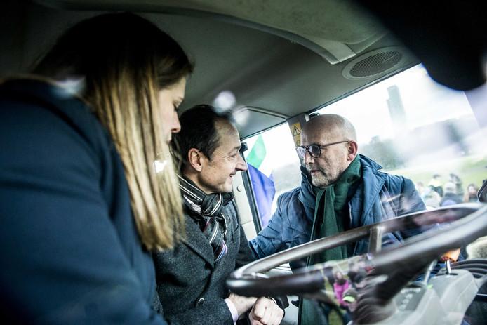 De ministers Wiebes en Schouten praten in een tractor met veehouder Ate Kuipers, mede-organisator van de actie.
