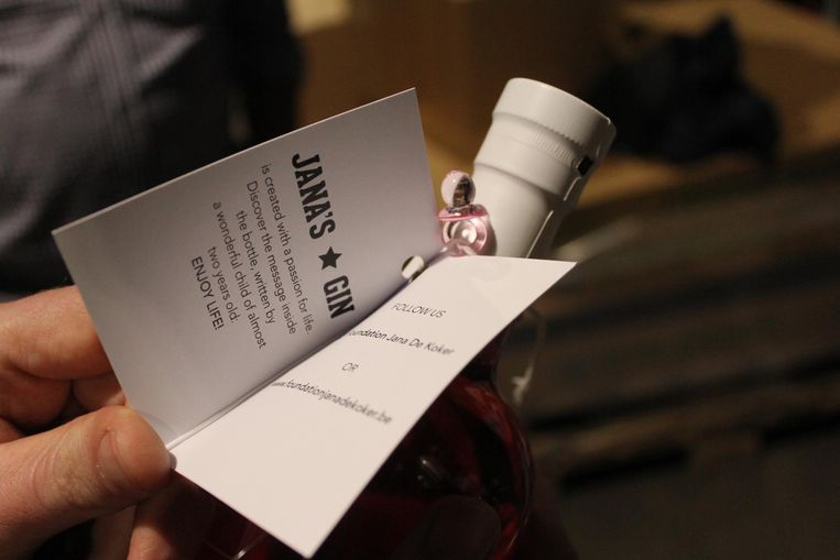 Op het kaartje van de gin staat 'Enjoy Life'.