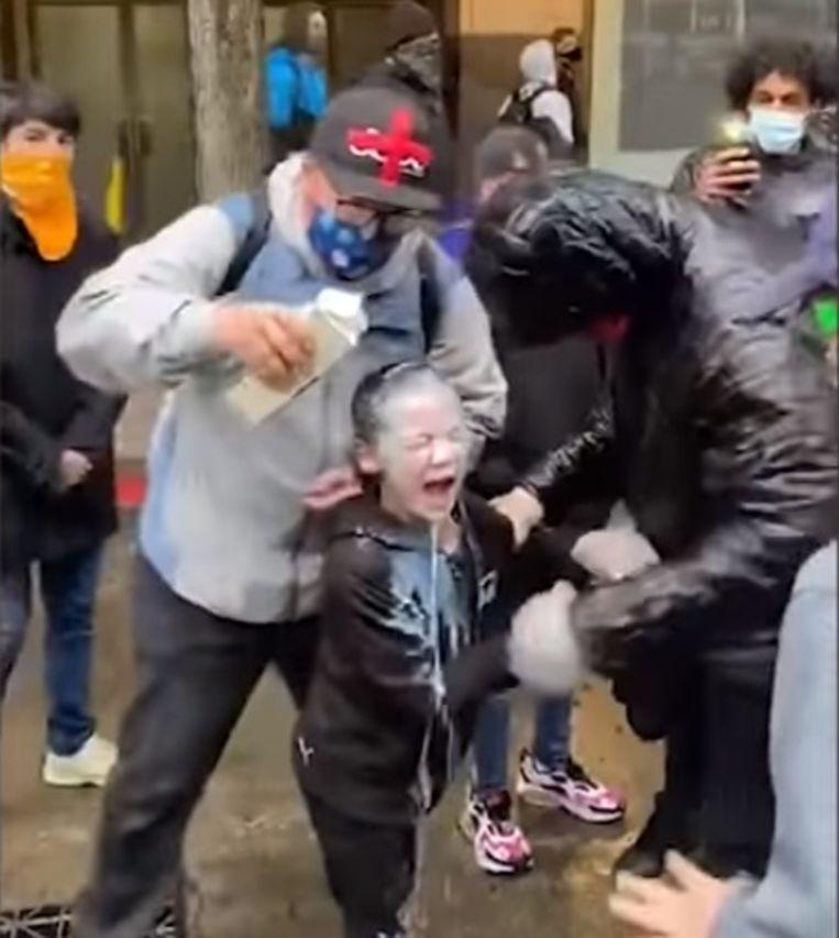 Enkele aanwezigen goten melk in het gezicht van het kind om de pijn te verzachten.