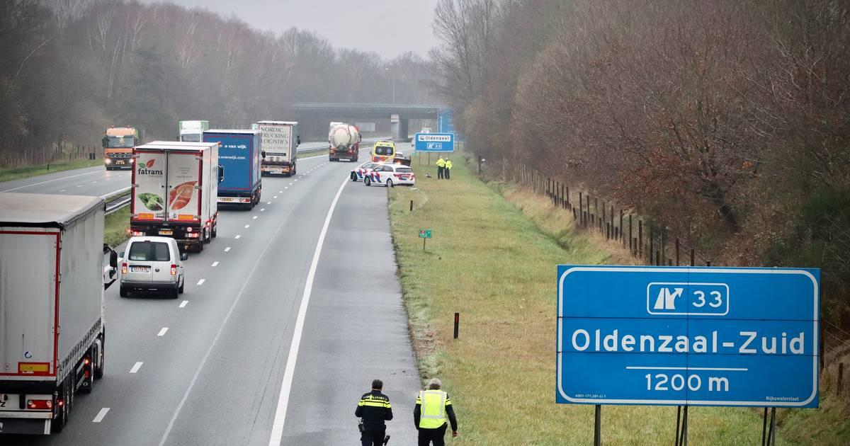 Eenzijdig ongeval op A1 bij De Lutte, politiewagen die wil helpen krijgt klapband.
