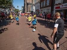 Fandag Helmond Sport: handtekeningenjagers tussen de marktkramen