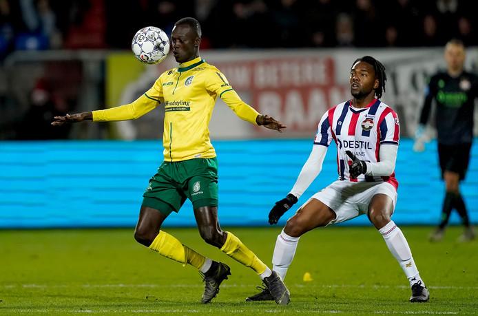 Amadou Ciss (links) in duel met ex-Feyenoorder Miquel Nelom.