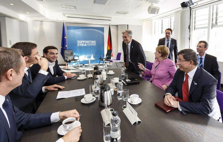Europese regeringsleiders (waaronder premier Rutte) ontmoeten de Turkse premier Davutoglu (rechts) in Londen voor overleg over Syrië. Beeld null