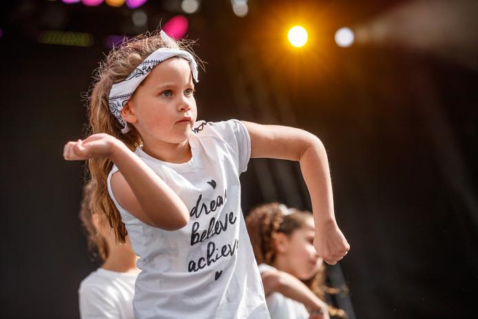 Roosendaal - 30-9-2018 - Foto: Marcel Otterspeer / pix4profs - Roosendaal Danst viel mooi samen met de slotdag van 750 jaar Roosendaal. Vele dansers van jong tot oud traden op op het grote podium op de Markt.