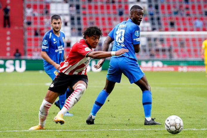 Donyell Malen, terug na een zware knieblessure, glipt langs Riechedly Bazoer van Vitesse.