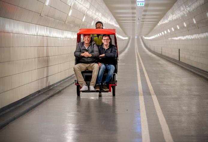 Marc Brugman en zijn zoon Daan laten zich door Robel Iyasu in een paar minuten naar de andere kant van de Maastunnel fietsen. Ze vinden de riksja rit erg leuk.