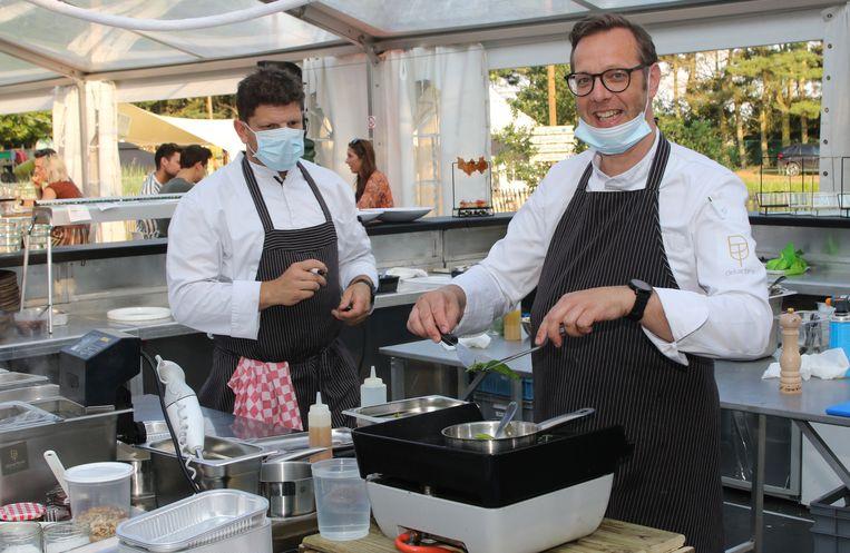 Koks Jan Tobben (l) en Mario Delarbre (r) aan het werk in de keuken van Jardin d'Amis.